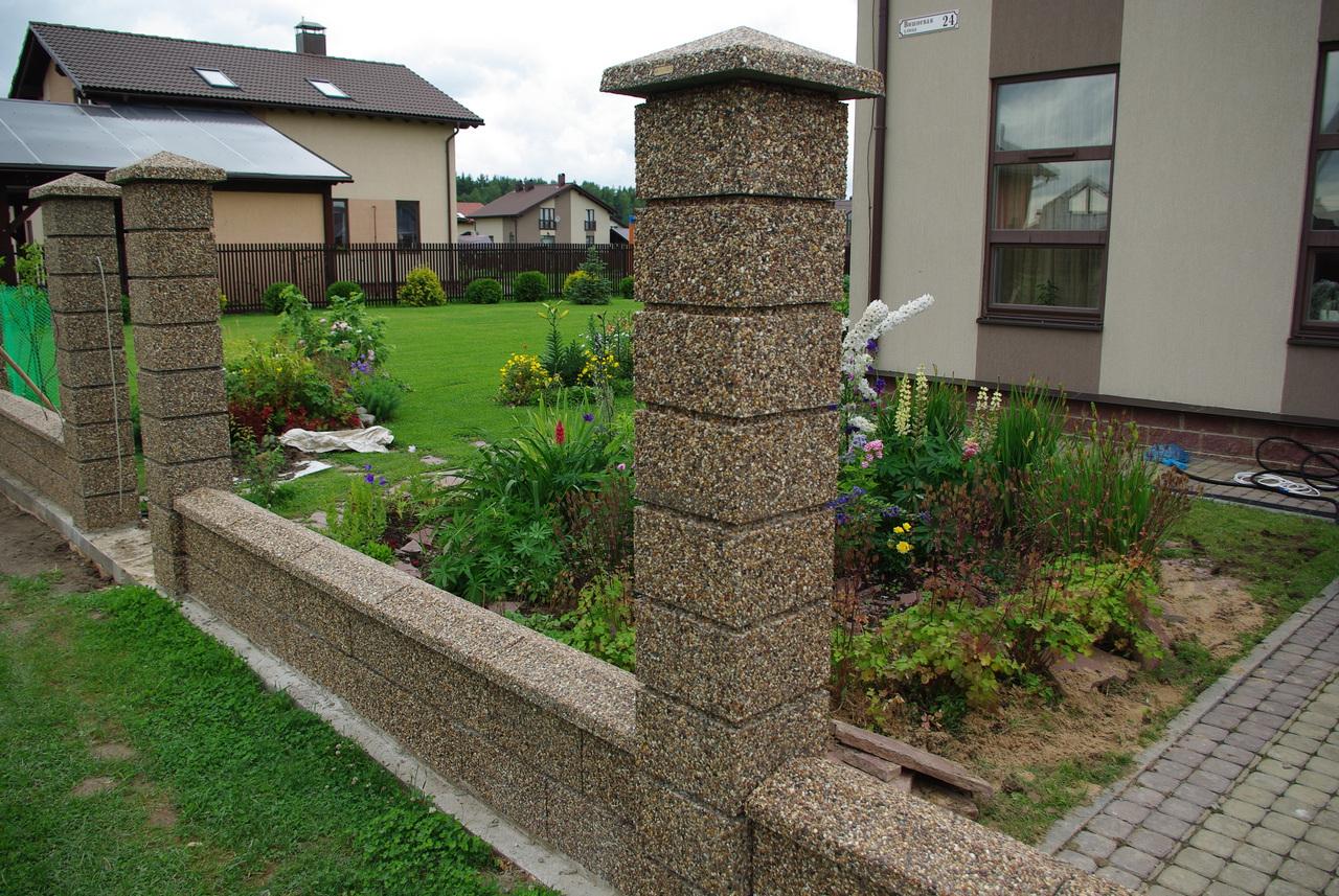еще фото забора со столбами из декоративных блоков лучшие предложения запросу