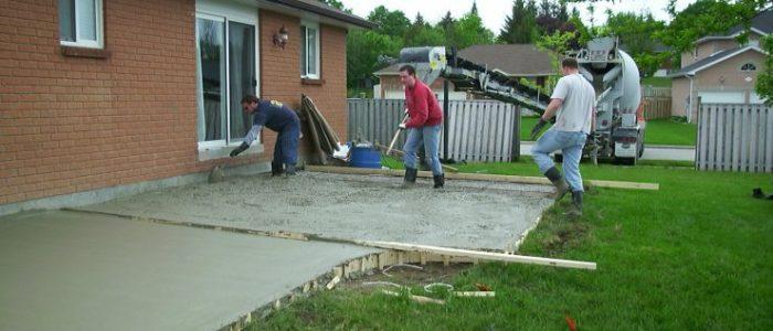 бетоном двор